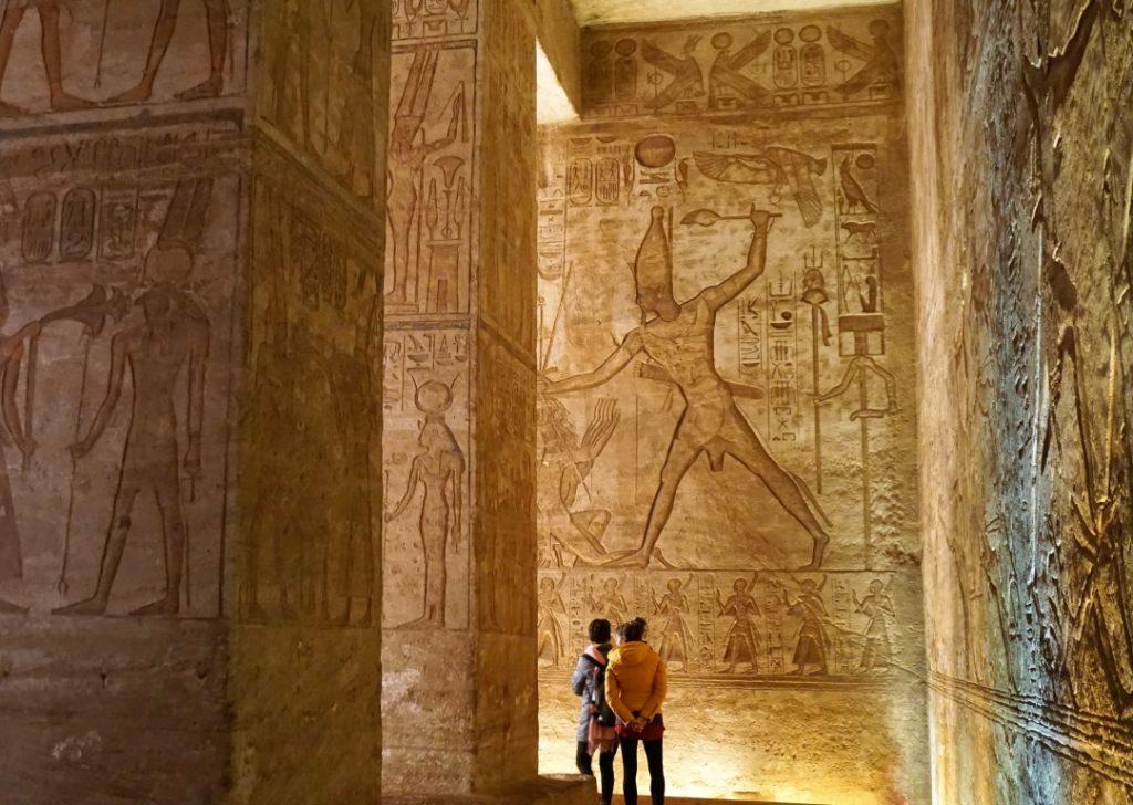 Jeroglíficos guerreros de Ramsés II en Abu Simbel
